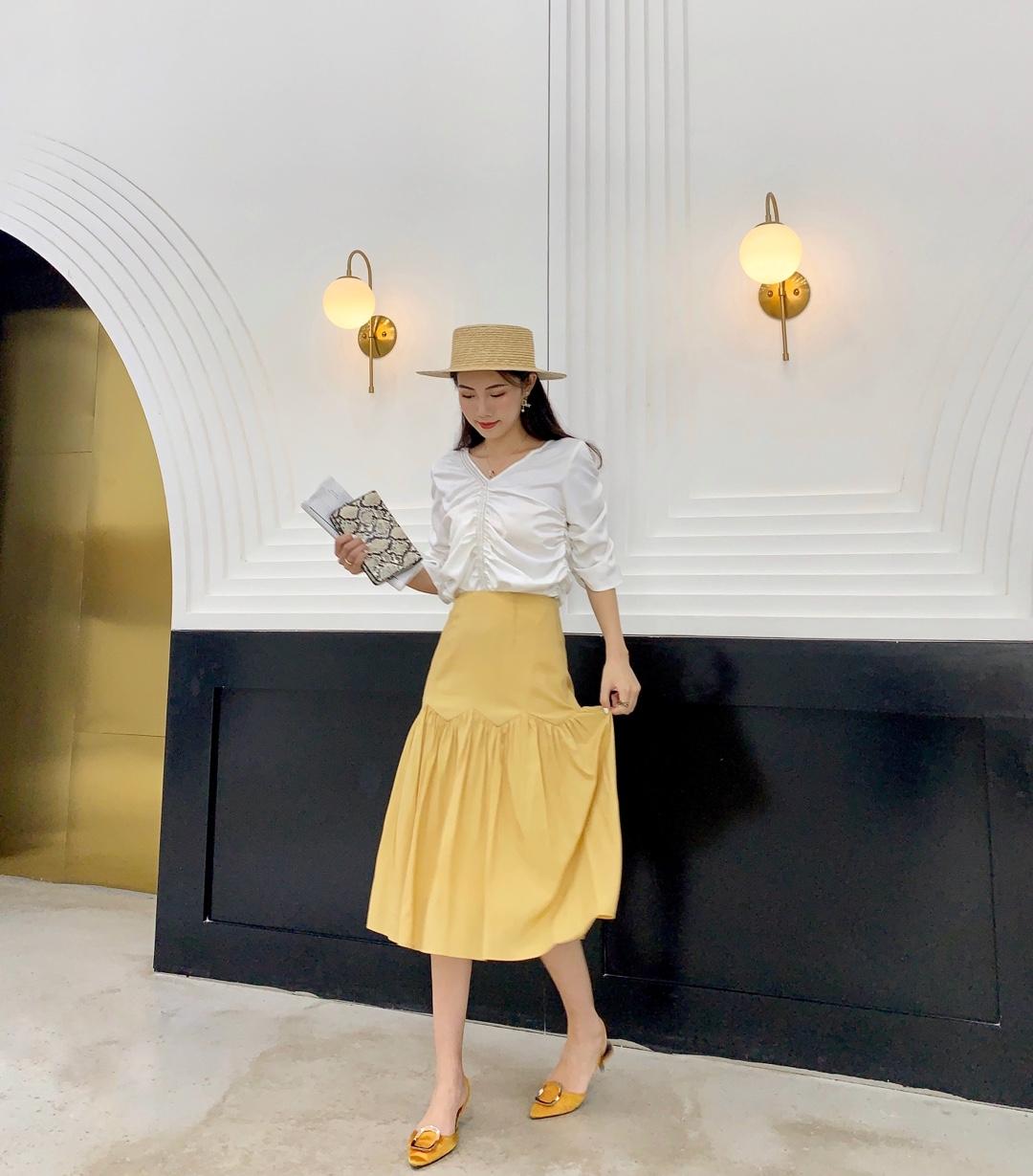 #日常时髦经:舒服最重要!# 今年流行黄色哦  给人很舒服的姜黄色  颜色穿着很显白呀 好搭配衣服 黄色给人眼前一亮的感觉 回头率100% 搭配起来简单大方哦~ 裙子穿着很显瘦呀 长短也刚刚好