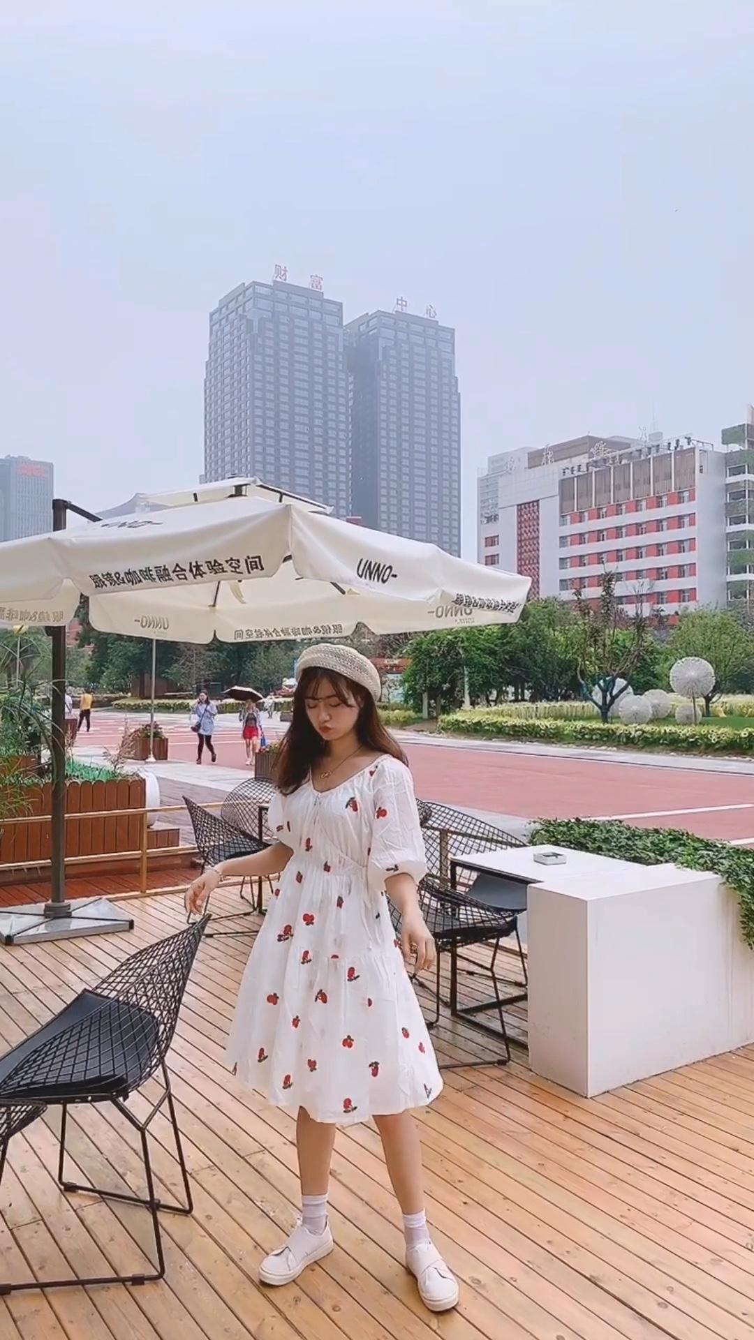 #穿上小碎花,一起走花路吧#  💓心动的感觉!这条小裙子必须安排! 樱桃的🍒印花真的太可爱了!版型也是恰到好处,高腰线,蓬蓬裙,泡泡袖,把需要遮的肉肉都光光! 💓谁穿都是小甜甜🍬