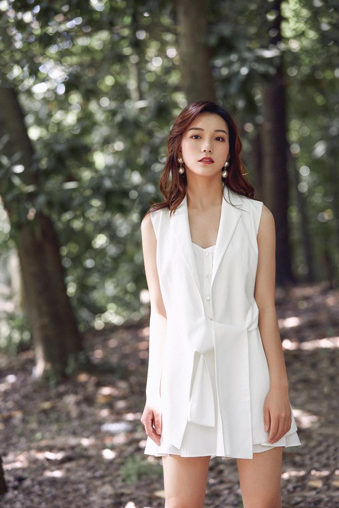 纯白色系的套装 做这栋楼最时尚的ol 简单干练,上身也很舒服,气场满分。#惊!回头率百分百出街look#