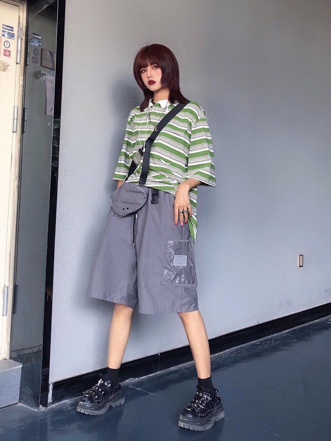 上衣:绿色条纹元素的polo短袖,绿色给人舒服的感觉,白绿色相间的条纹不要太适合夏天,一眼就给人清爽的感觉,而且很显瘦,各种身材都可以驾驭。厚度很薄,不会闷热,透气舒适。白色的小领子也设计的恰到好处,又秀气又帅气。  裤子:灰色的工装短裤,大概到膝盖以下的位置,简直是显瘦神器,而且很凉爽,露出脚踝和小腿,男生穿更加帅气。  鞋子:黑色的休闲皮鞋,虽然上面有柳丁,但是和任何风格的衣服都百搭,又拉长腿部比例。 #日常时髦经:舒服最重要!#