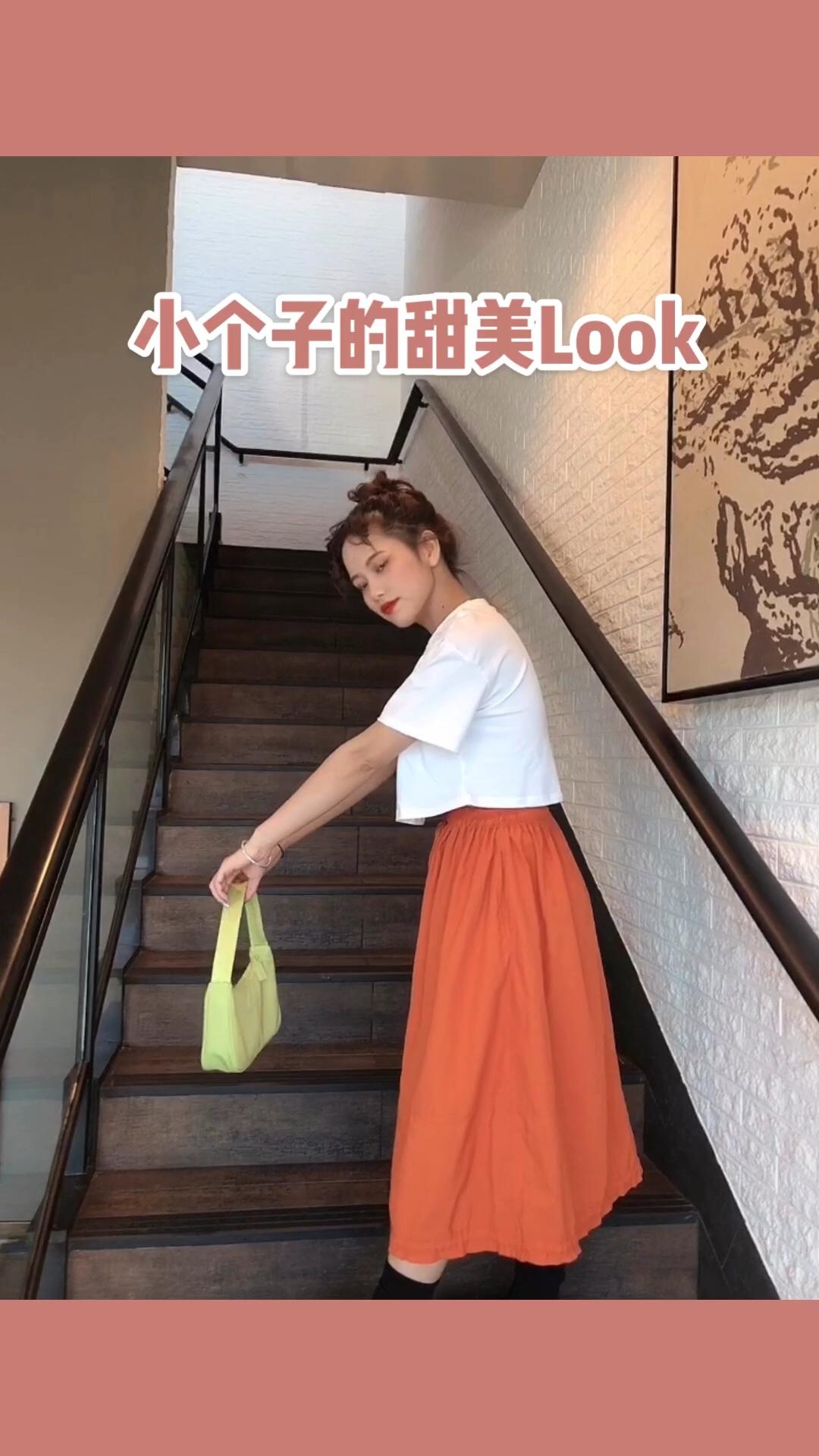 短款上衣➕橙色长裙 这一套谁穿谁美 太好可爱了 绑上丸子头 精神了不少  夏天不管是橙色短裙长裙 我都统统要!! 这个包包也很可爱哦 #网红遮肉tips,学到就是赚到!#
