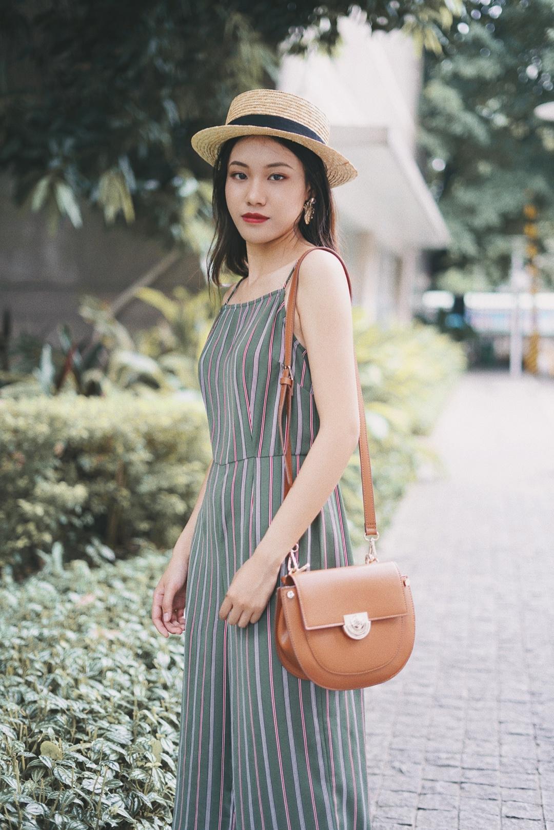 一条简单的吊带连体裤,质料顺滑轻薄,腰部收腰缝线配合竖条纹理设计,拉长身体比例,衣服咖啡色纹理与包包和鞋子颜色呼应,简单大气,搭配草帽更有范,非常舒适的一款