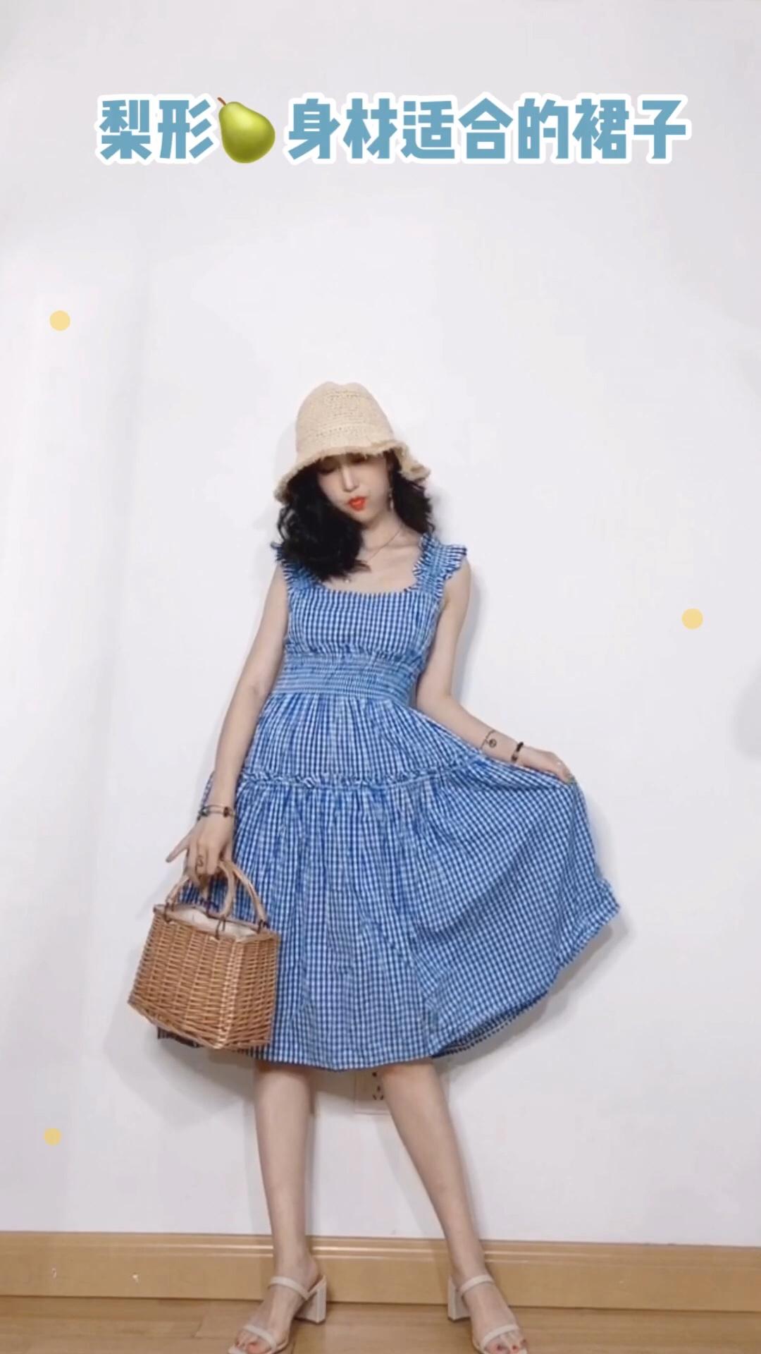 #今夏初恋蓝,白出1个度# 来自韩国的高甜少女品牌。 超级夏天的连衣裙。 高腰收腰帮助小个子拉长比例。 长款的裙摆,相当藏肉哟