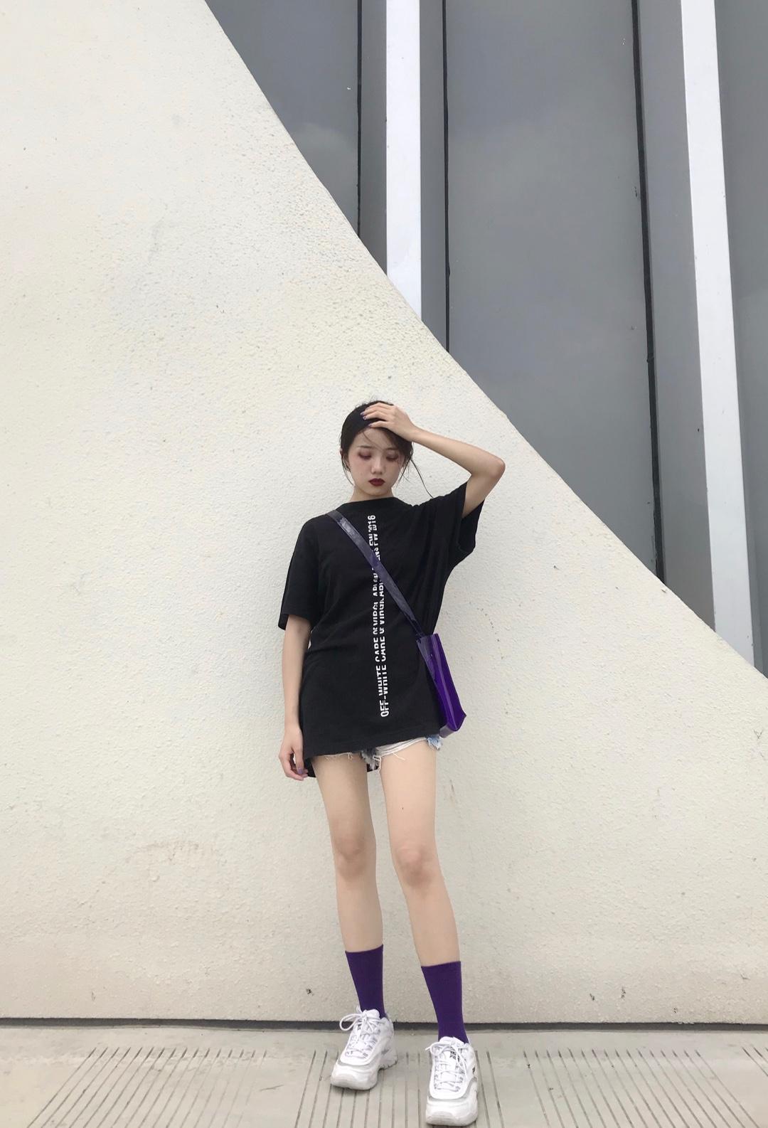 #走路带风,穿上立马降温10度!# 希望大家可以多多关注我呀! 今天是紫色系的酷女孩穿搭 黑色的oversize短袖很适合小个子 配一条热裤看起来腿超级长! 再搭配一个紫色的包包和长袜 一起做gai上最靓的仔
