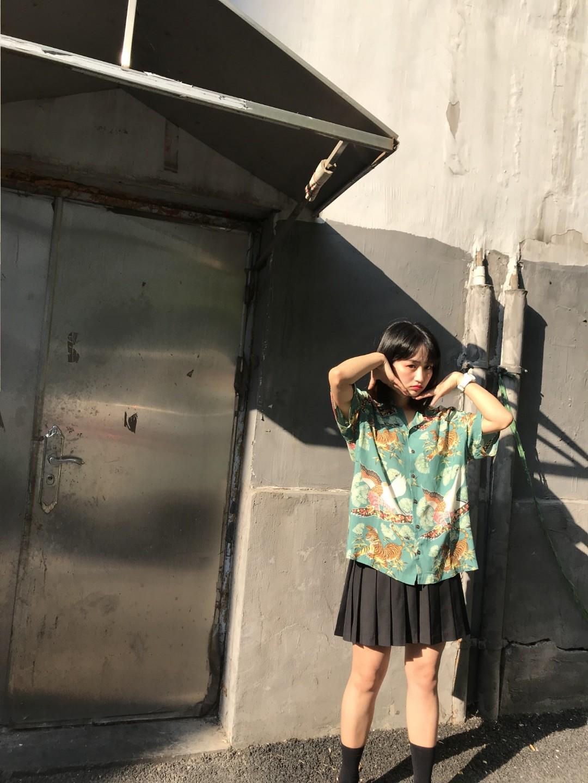 #网红店酷暑清仓怎么盘?# 化学少女家的这件衬衫我一见钟情,重金搬回家,搭配率意外的高,夏天穿起来清清凉凉,设计感也很好,也很显气色,可酷可俏皮,我爱了