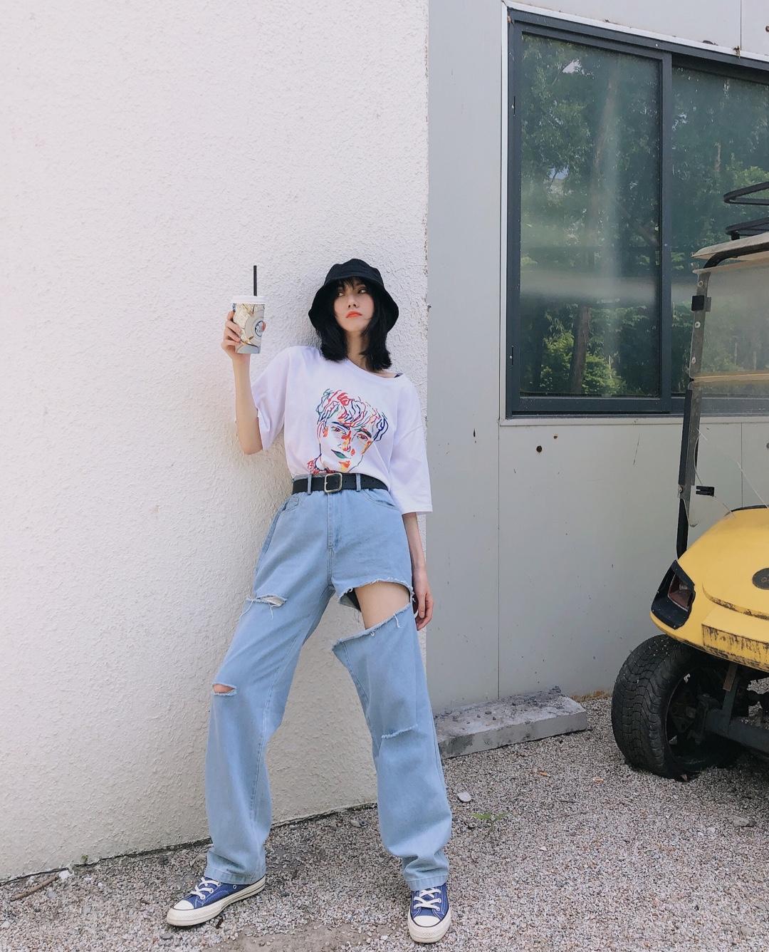 #街拍无死角,T恤刚刚好#个性时髦混搭look 个性涂鸦印花宽松T恤搭配个性显瘦显腿长破洞牛仔裤➕蓝色匡威鞋