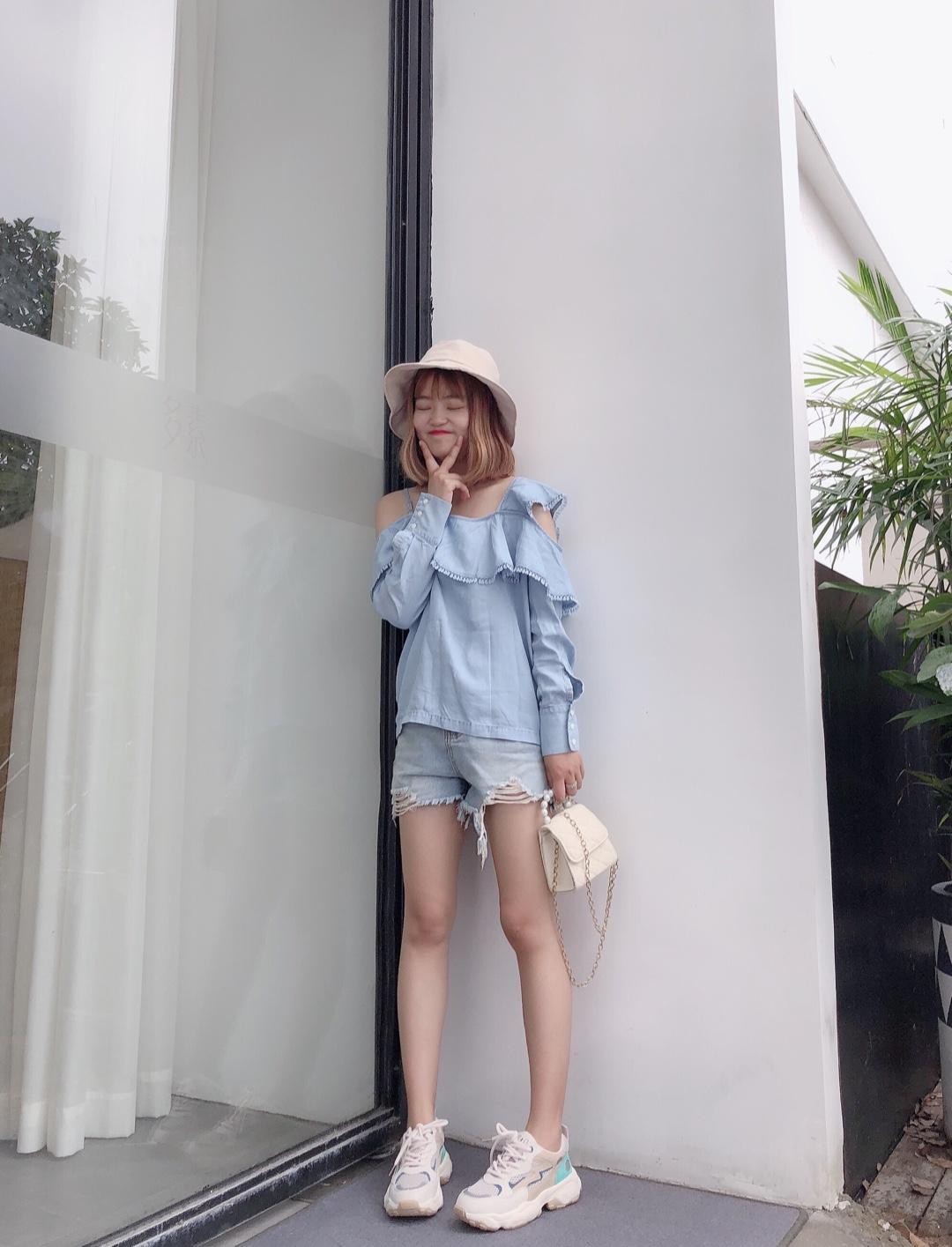 #今夏初恋蓝,白出1个度#  很韩系的一套 搭配短裤敲显腿长嘻嘻~ 蓝色上衣真的是初恋色 很小清新的感觉哦~ 满满的是夏天的感觉 少女心爆棚~