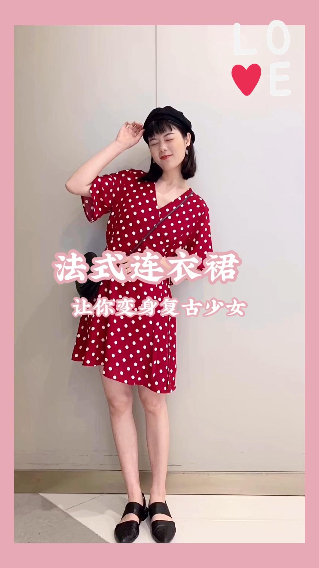 #Lolita合集:高甜少女都在这里!#   法式波点连衣裙 这个领子的设计特别显气质 红色的波点还带复古气息 很适合拍照啦 随便拍都好看