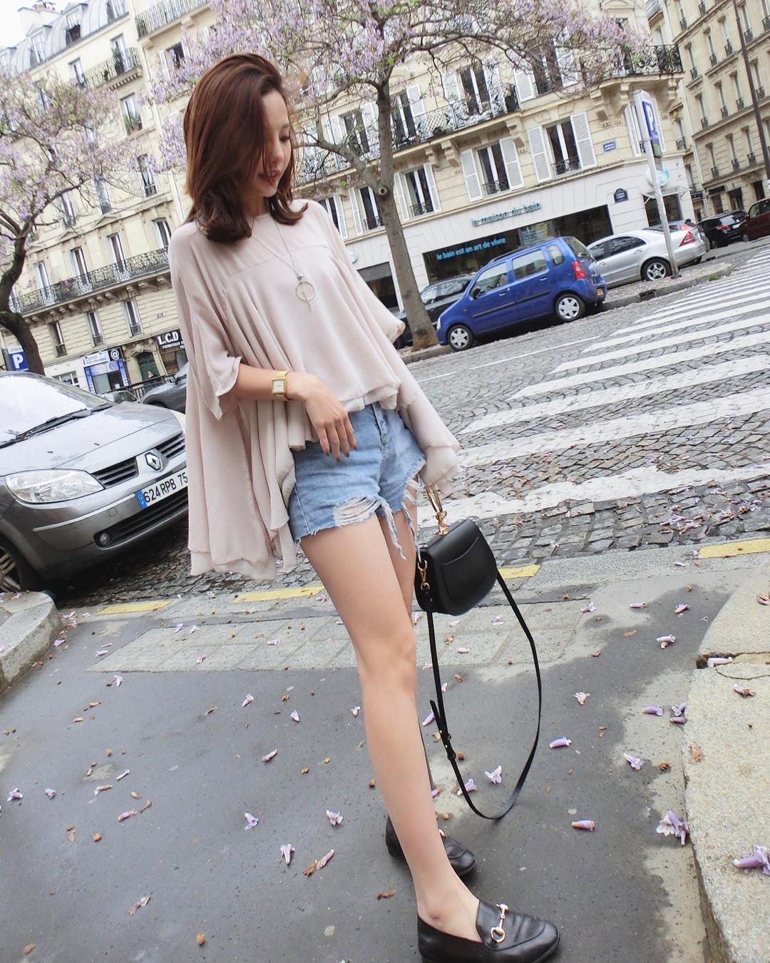 蕾丝款雪纺上衣 非常的亲肤 颜色超级温柔啦 搭配短裤长裤都很好看哦 #日常时髦经:舒服最重要!#