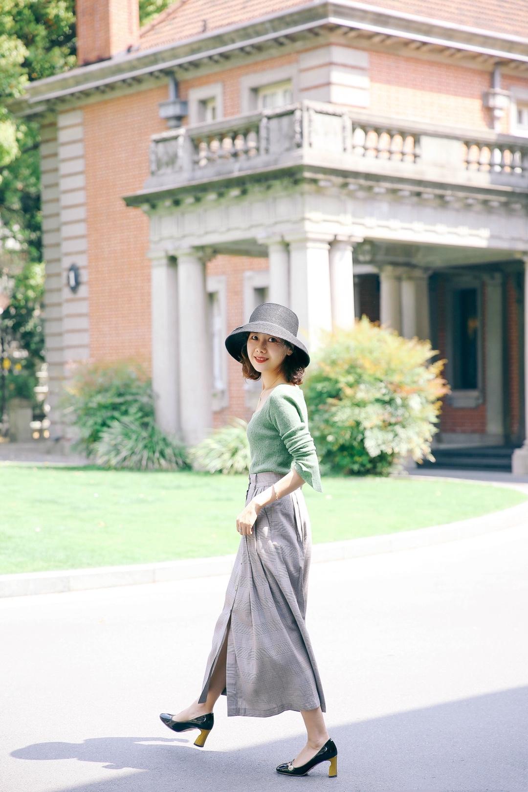 #粗腿亲妈,显瘦神裤# 绿色上衣超简约哦 灰色长裙也很显年轻 棕色包包也必备呀