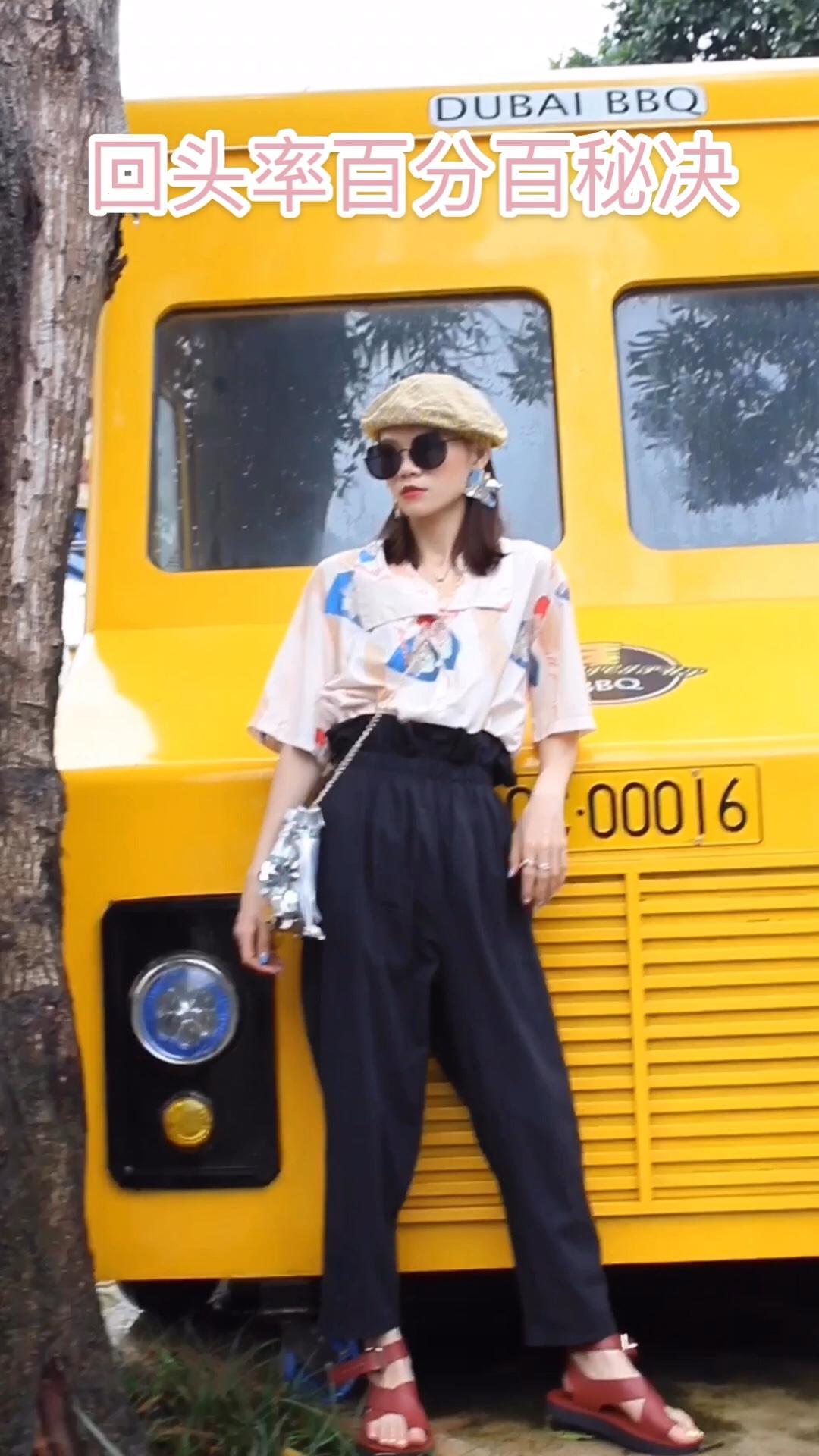 Jade今日穿搭分享/韩系时尚休闲风✨✨  一件奶咖色印花衬衫➕一条黑色高腰花包裤➕红色韩式凉鞋➕一个超个性斜挎亮片包➕一顶格子贝雷帽➕黑色墨镜耳饰等、 这样的穿搭韩系又又个性 喜欢记得点赞关注哟,我每周都会给大家分享不同的穿搭哦!#高腰裤让你一秒拥有漫画腿!#