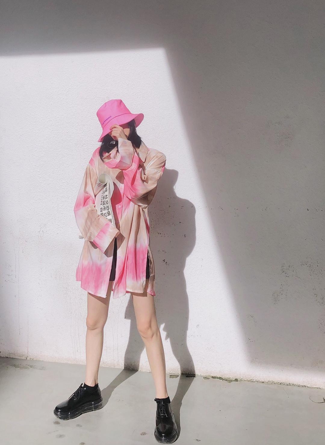 #99%的小哥哥喜欢?#少女感简约穿搭look 当下流行渲染印花大衬衫搭配同色系粉色渔夫帽 少女感upupup