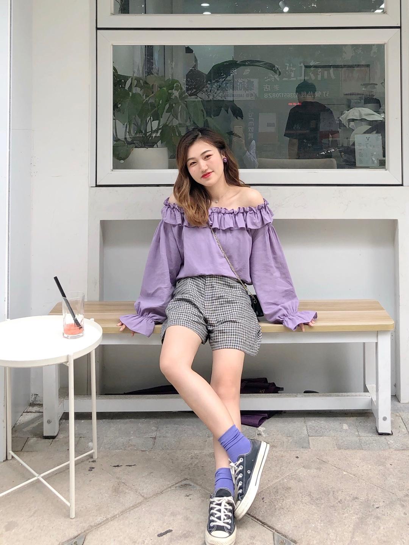 #撩人露肩杀,性感在线!# 紫色露肩上衣➕格子短裤 甜美轻熟的一套look 紫色上衣可以2way穿法 搭配黑色格子裤 又酷又甜 搭配同色系紫色袜子和帆布鞋很韩系哦~