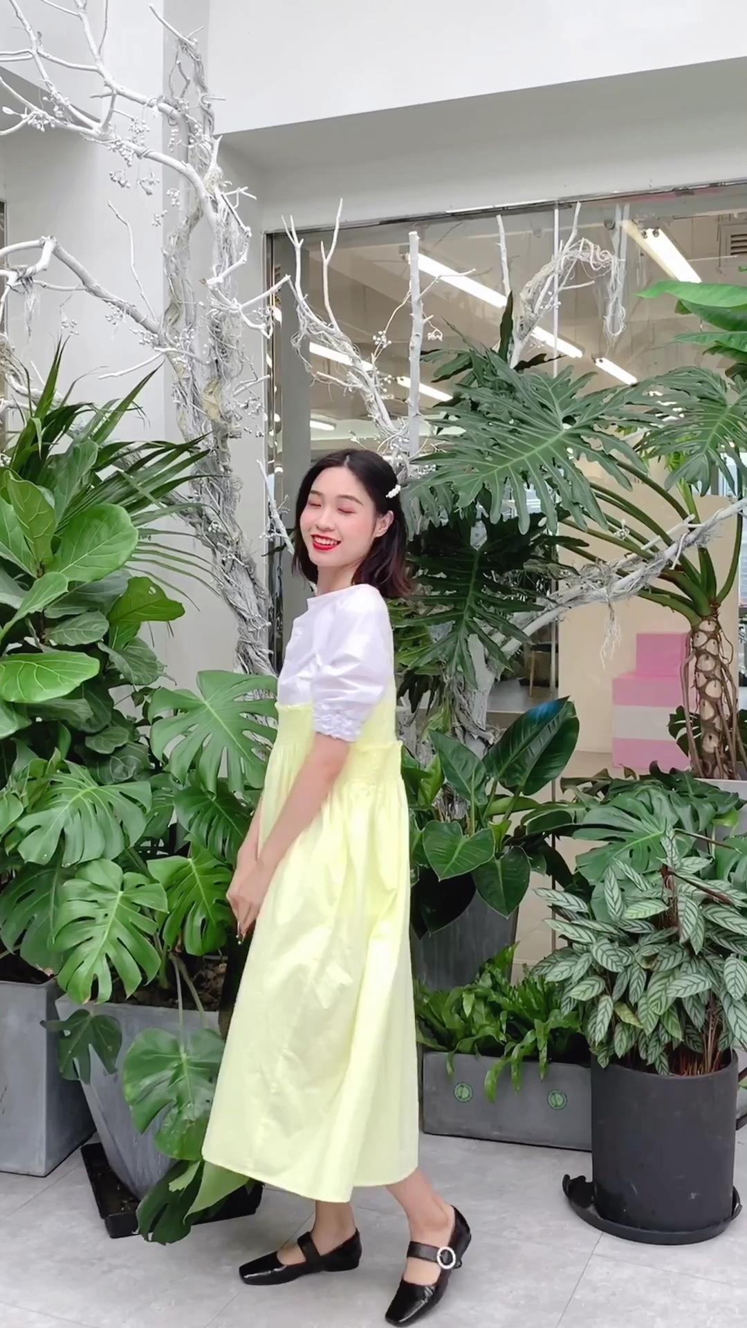 #日瘦15斤,一条裙子搞定!#  这套搭配很遮肉肉啦!是一条包容性极强的吊带裙,里面我搭配了一件白色衬衫,显得整个人可爱极了!