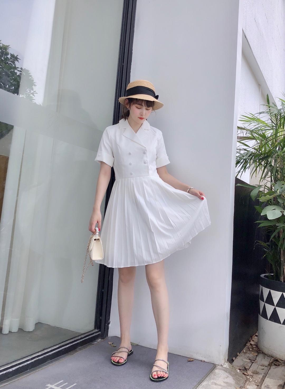 #惊!回头率百分百出街look#很显气质的一套look,白色西装给人感觉很高级,下摆百褶裙裙设计又增添不少女人味,款式简约大方