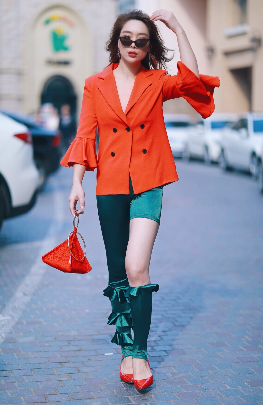 """今天你们的彤哥给大家分享一组个性穿搭就是红色🌹和绿色🍃这对""""苦命鸳鸯""""! 此时,我只想对你们说: 别再误会""""红配绿""""了! 它有多高级你造吗?  #OOTD:今天穿什么?#"""