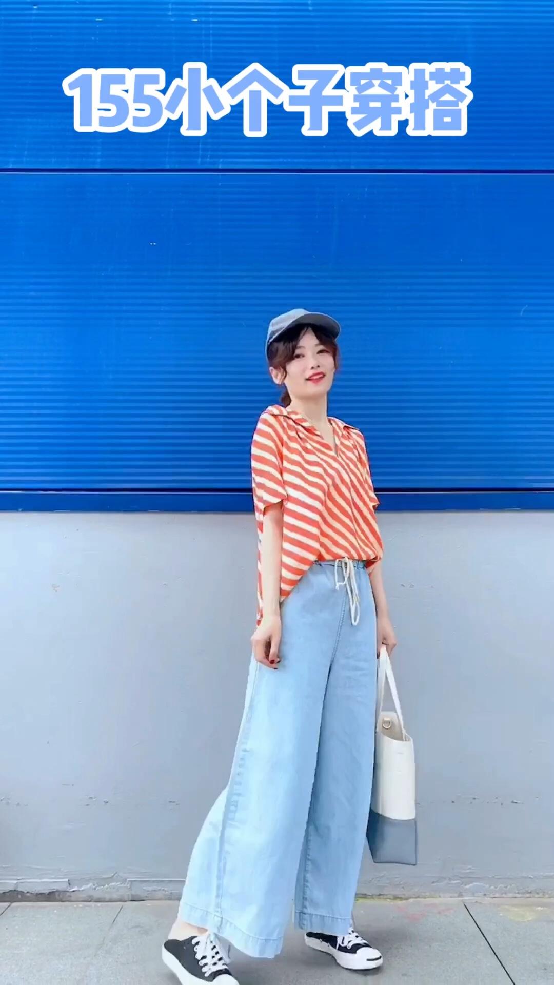 #日常时髦经:舒服最重要!#  牛仔阔腿裤 显瘦第一名哦 还能很好的修饰腿型哈 浅蓝色hin适合夏天 搭配度假风的雪纺衬衫 橘色和蓝色的配色很好看哈