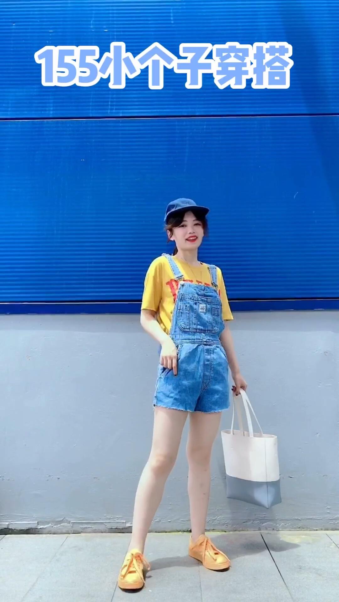 #假期出游,穿什么最清凉?#  黄色+蓝色 hin夏天的配色哦 牛仔背带裤超级减龄哈 搭配卡通tee  一套出游活泼俏皮哈