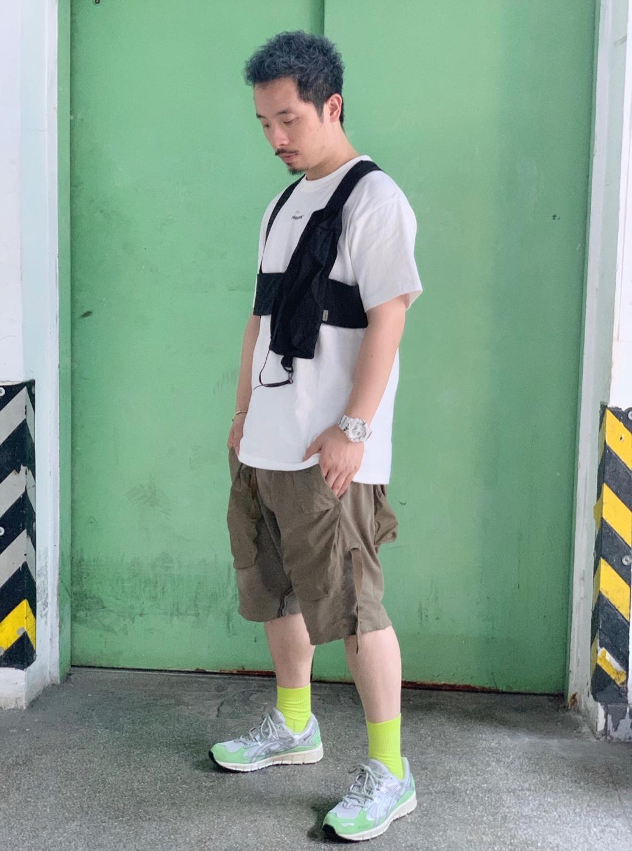 #OOTD:今天穿什么?# 今天复古机能风,同样做机能性设计的Poliquant x Def 搭配国潮Attempt不对称马甲,军绿多口袋的短裤来自HAMC搭配这身轻机能的造型, 加上Ascis x Awake街头联名配色非常复古配起来意外和谐