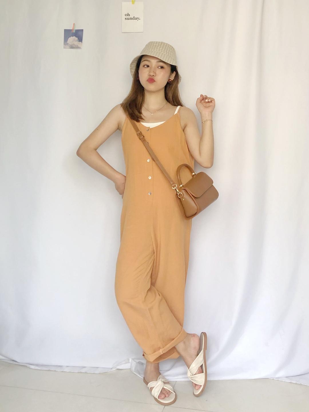 #矮妹显高套装,不盘不行!# 橙色连体裤➕白色吊带背心 很有活力的减龄感穿搭 橙色超元气 搭配同色系包包和帽子 是元气小姐姐本人了~