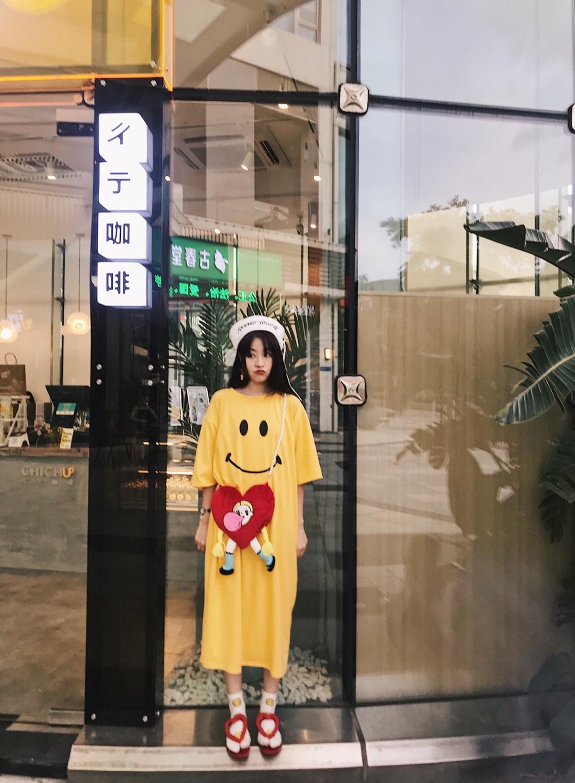 #微胖女孩的减肥式穿搭# 微胖的亚洲少女 甜甜显瘦的日系穿搭 教你啦  💛趴店外出 不用累赘搭配 简单的亮色系的一件式连衣裙 趣味的笑脸图案 搭可爱单品 会搭的甜甜少女就是本人啦