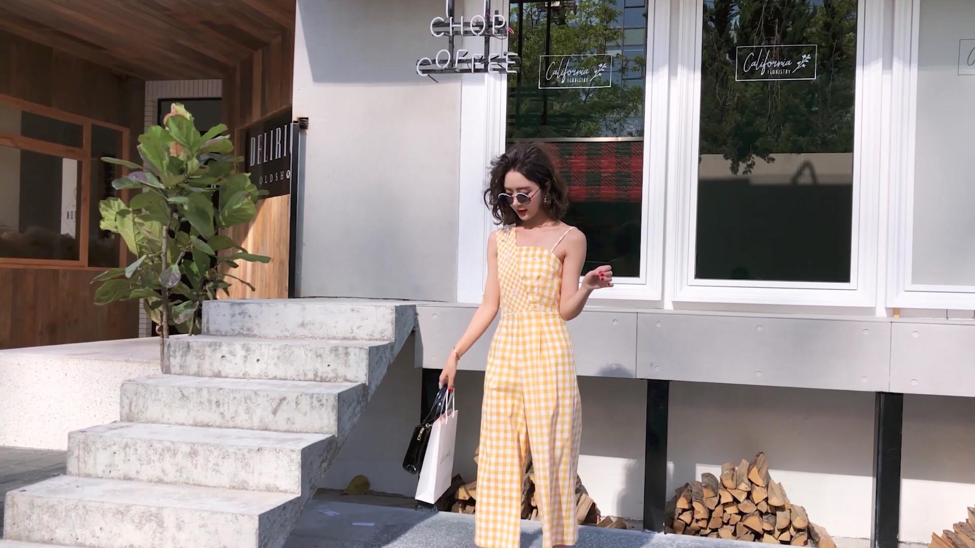 #防晒王!这条空气裤太好穿了#恋上那一片柠檬的黄 明亮的色彩,配上传统的格子 让这个夏日的自己熠熠发光 格子肩带斜裁设计和可调节 打造不一样的感觉