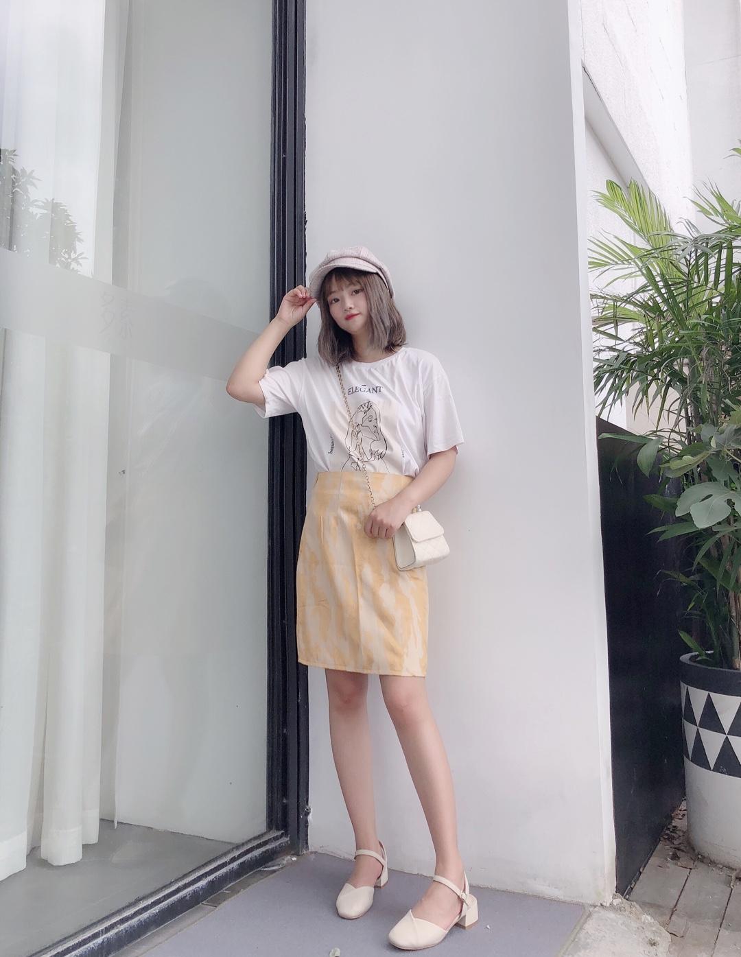 #假期出游,穿什么最清凉?#  很小清新的一套  t配短裙萌妹子的最爱辽~ 裙子很有特色哦 整体暖色调 很符合夏天的感觉哦~ 搭配八角帽敲韩范~