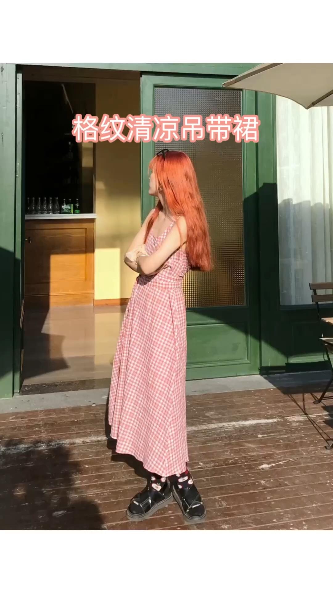 #让你变甜甜甜的仙女裙look# 这条粉色小格纹吊带裙,真的太适合炎热的夏天啦! 面料很舒服,透气,夏天穿凉快! 粉色的,就是甜甜的感觉呀! 加上格纹款,真的炒鸡好看! 长裙对身材的包容性很强,小姐姐们都可以尝试的! 裙子有腰带,可以自己随便绑起来, 这样更显瘦!搭配韩系的凉鞋➕袜子 整个韩系的感觉就出来了! 甜甜的小裙子我准备好了!你呢?