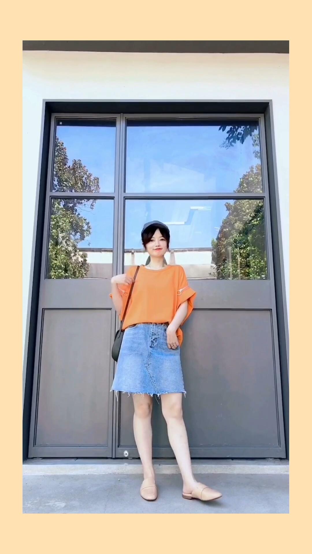 #惊!回头率百分百出街look#  高腰A字牛仔裙 是夏季衣橱必备哦 和各种tee盲搭也不会出错 橘色和牛仔蓝的搭配超级夏天哈