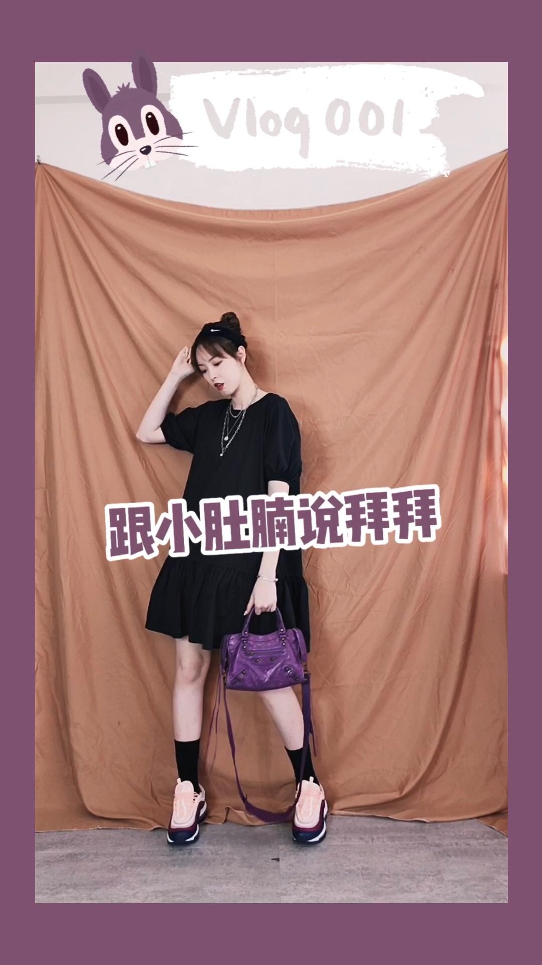 """CC穿搭 #""""一件出门""""也能美得很~# 一条出众特别的连衣裙也能满满的回头率,泡泡袖设计隐藏粗手臂,下摆宽松加上荷叶花边的衬托,隐藏游泳圈和肉肉,适合梨形身材的妹子,黑色小腿袜和偏厚底的波鞋结合更显高显瘦,还有在颜色上的搭配选择了紫色包包和鞋子,这些颜色鲜艳的配件令整体造型更丰富"""