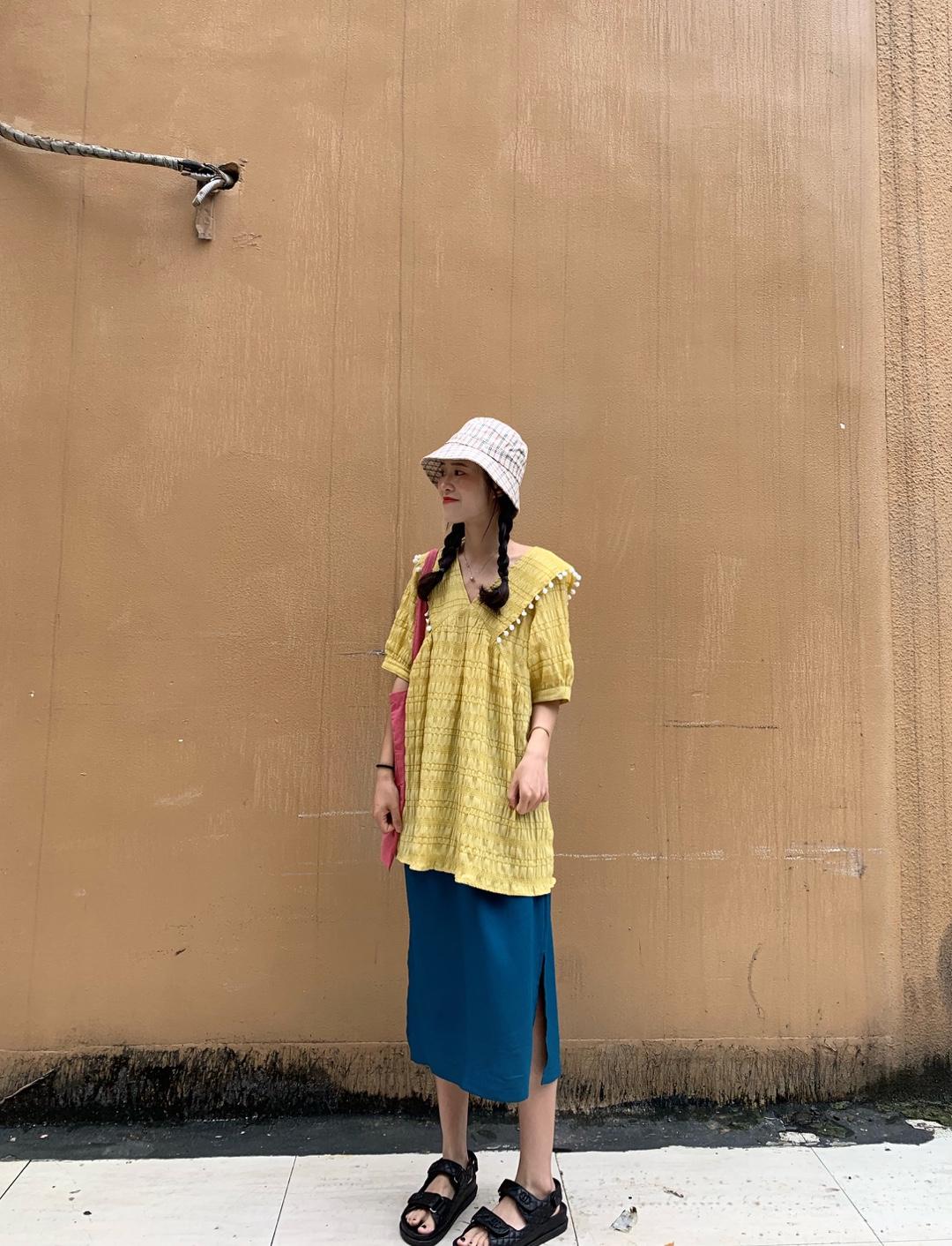 今日look #完美假日出游穿搭# 这套搭配我真的qiao爱滴!!!夏日甜甜的球连衣裙~ 属于偏短的设计,小个子可以直接作为裙子穿的 配个安全裤就OK 炒鸡可爱减龄哦,黄色也巨显白的 是嫩嫩的甜系少女哈~~ 领子是V领的,可以修饰下脸型的  灰常显脸小哦 边上的白色小球球装饰,给整体造型加分不少的 是我敲爱的地方呀 面料本身是带有抽皱的设计,比较特别的 纹理感也hin强! 反正买就对啦 推荐高个子的宝宝搭配开叉裙一起入手哦  随意配双凉拖就可以靓丽出街的