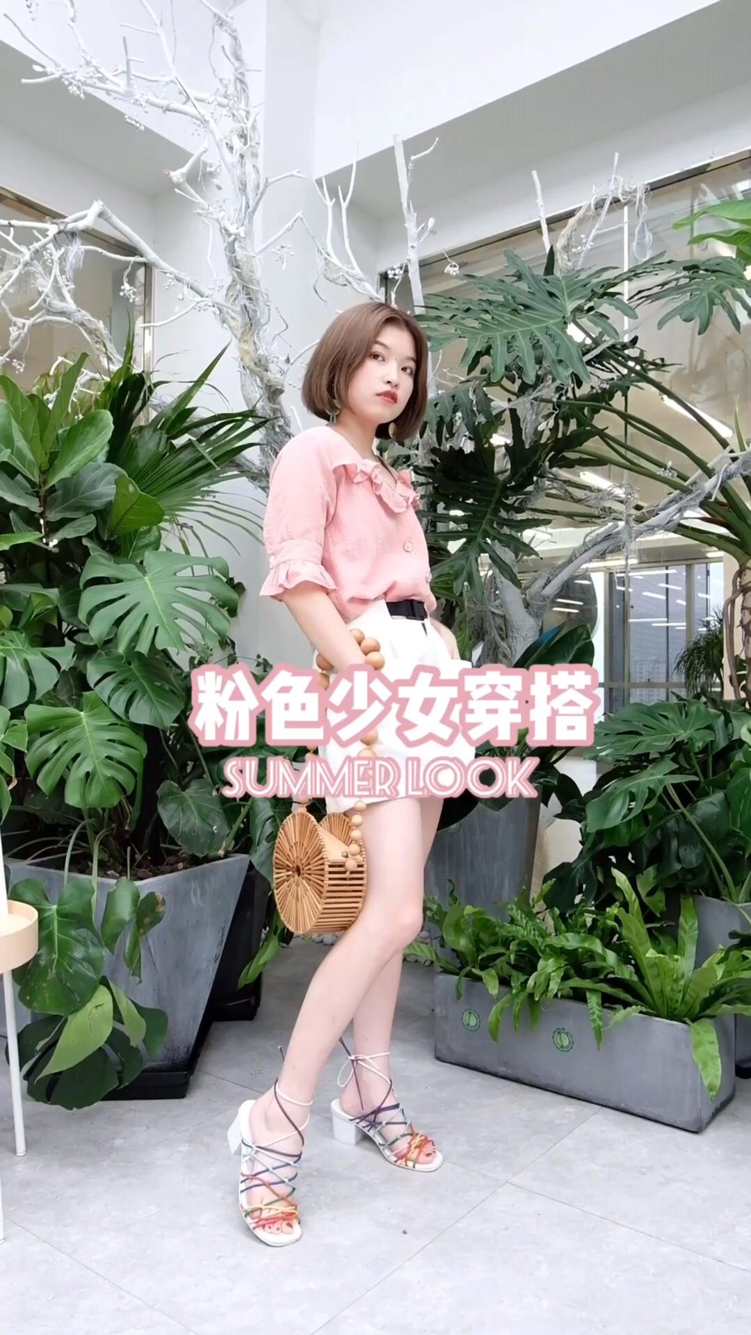 #蘑菇街新品测评# 粉色和白色真的是少女的颜色 也是容易冒粉红泡泡的颜色哦~ 荷叶边设计独特 面料舒服的质感 上衣纽扣细节满分💯 白色短裤舒适显腿长