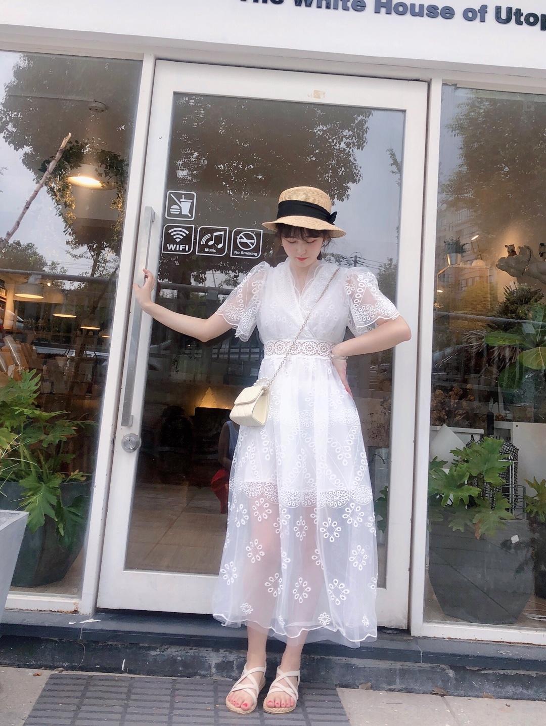 #让你变甜甜甜的仙女裙look#从女孩转变成女人,只差一条蕾丝连衣裙👗,深V领搭配蕾丝封边,性感又俏皮,仙女裙无疑了!