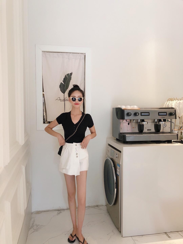 #矮妹许愿:优越大长腿get#  超级简约的上衣🐷 搭配白色牛仔裙 好看及了~ 黑白永远是最经典的搭配 这款上衣有黑白粉灰四个颜色,每款都必入呀