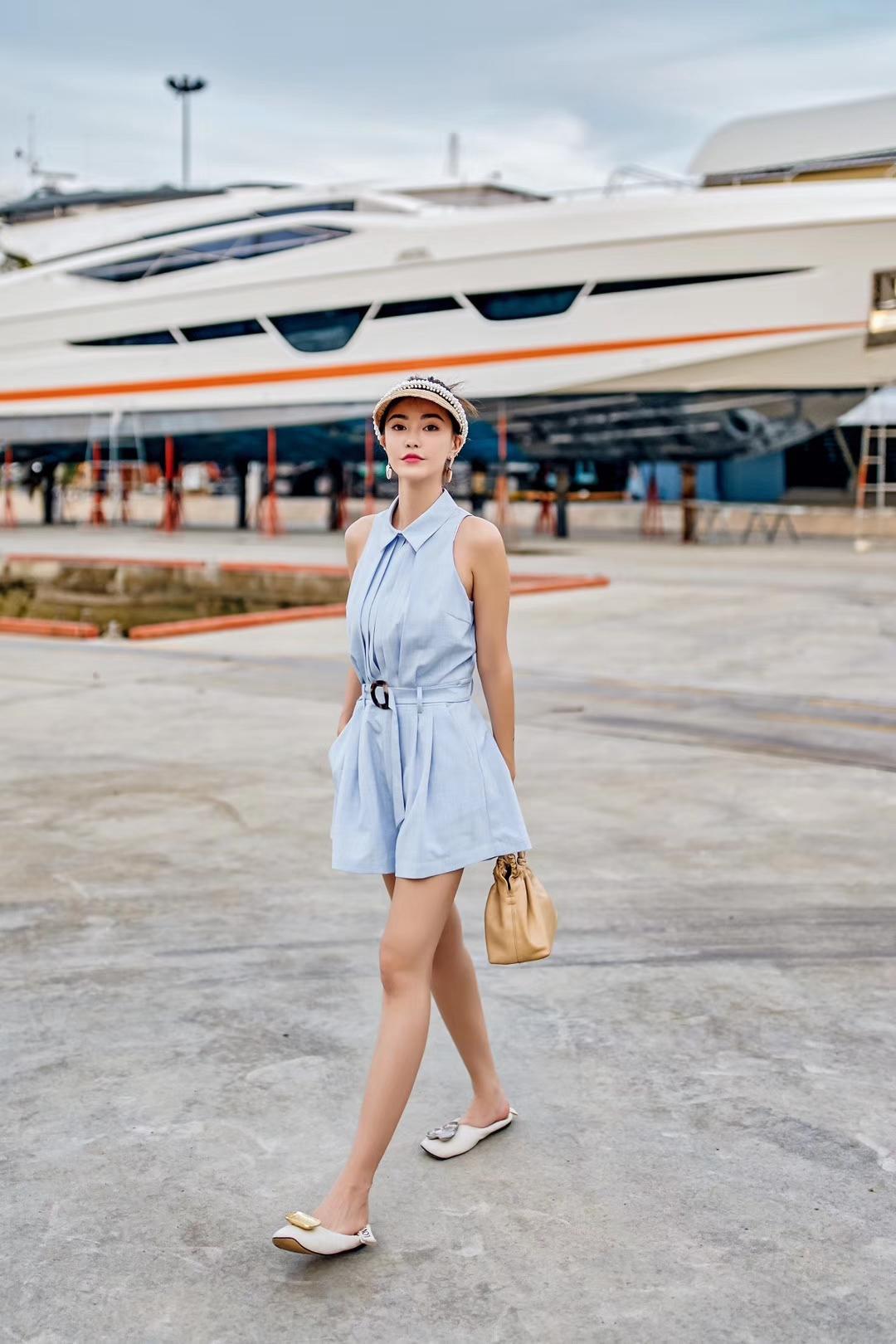 背心连体短裤 蓝色上身似有一种清凉的魔法,搭配丝质般爽滑的面料,像水拂面一般柔软。连体的设计,上半身是有翻领的背心,版型会较寻常更加挺括高质。胸前藏有褶裥设计,注入了线条艺术感,下半身衔接宽松的短裤,搭配自带的腰扣,收缩腰身,双腿会更显修长。  