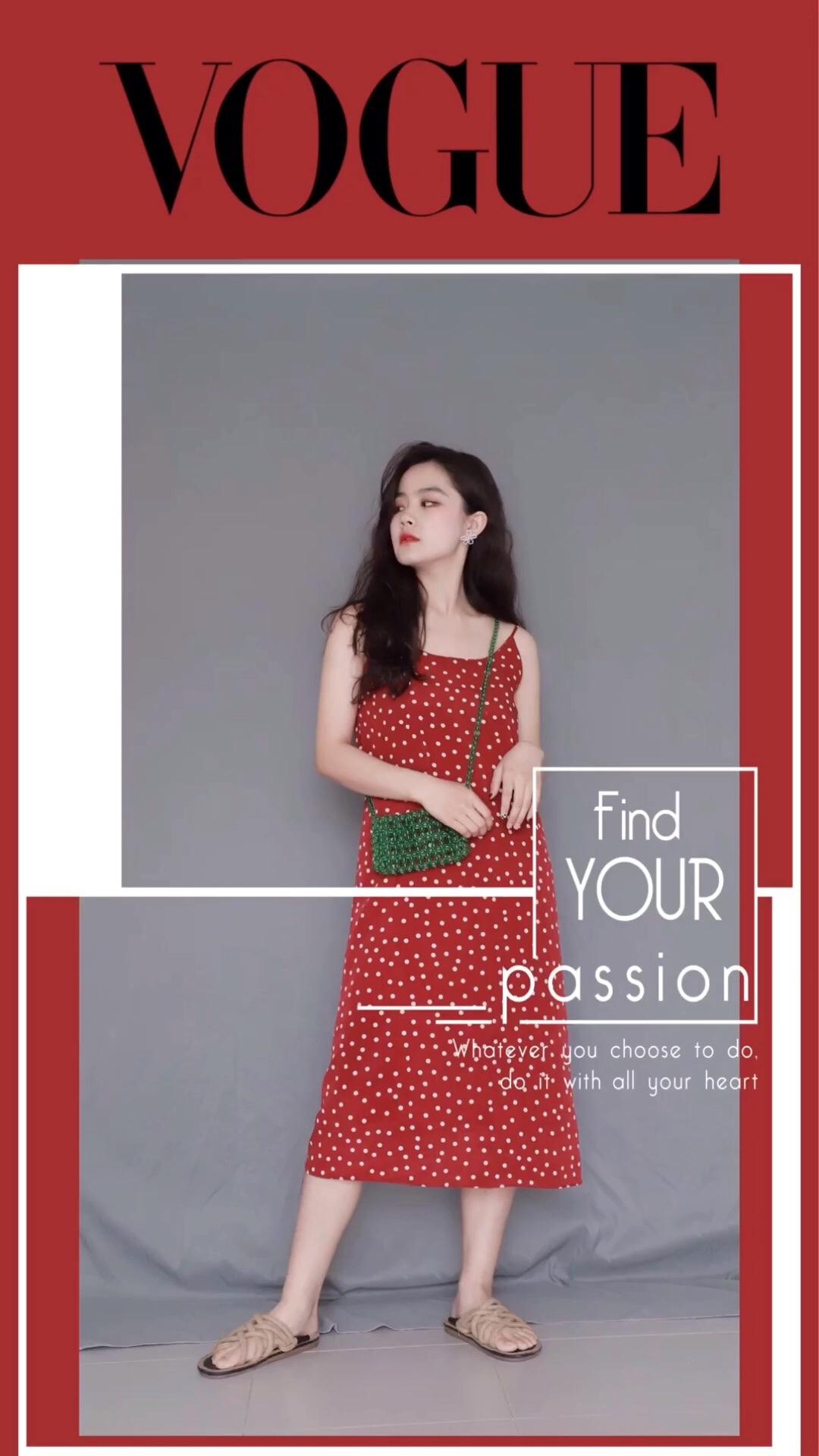 红色吊带波点连衣裙搭配绿色串珠包包 整套复古甜美风十足#火炉城市高温穿搭打卡!#