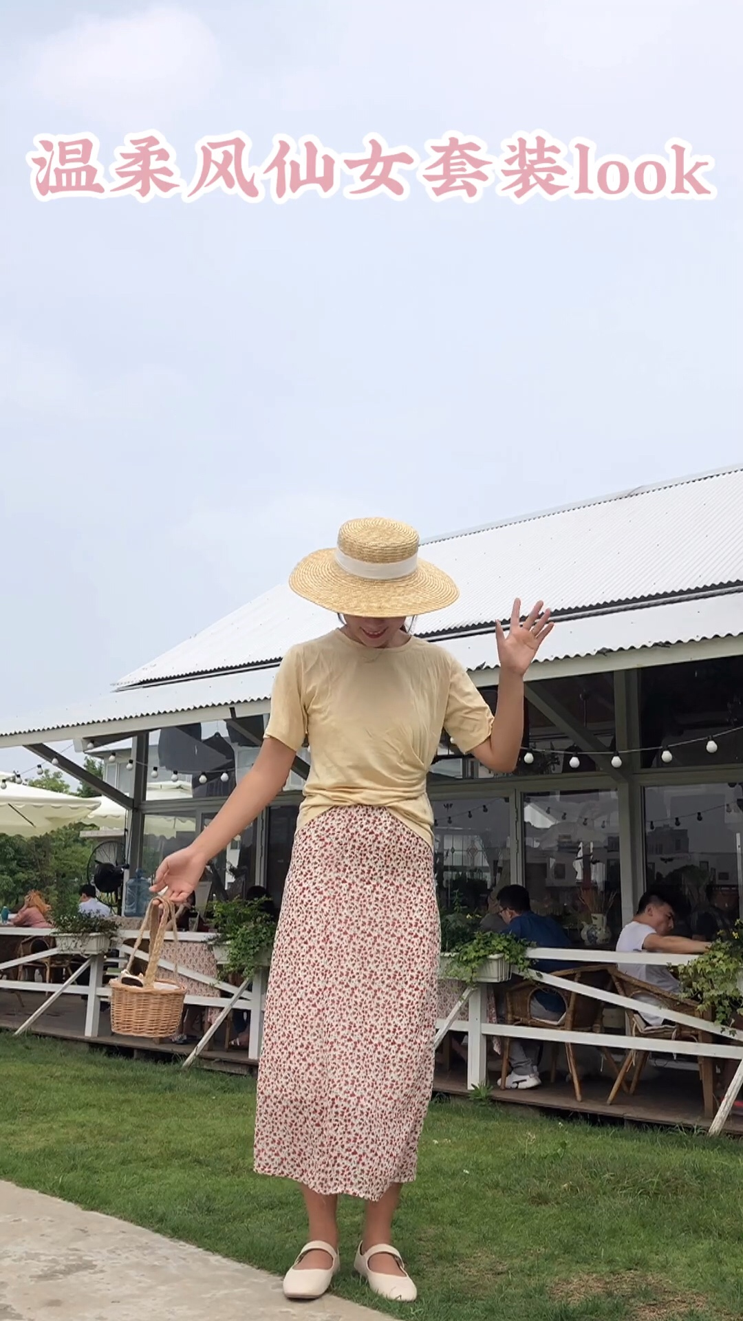 #七夕穿搭攻略,预热走起!#T恤+半裙俨然成为了夏季里女生出行的标志性穿搭,过膝的半身裙算是为腿型bug星人寻觅到了真正良人,遮瑕显腿长,搭配简单的T文艺又清新,谁说T恤只能是牛仔裤的专属?搭配裙子一样可以优雅帅气!