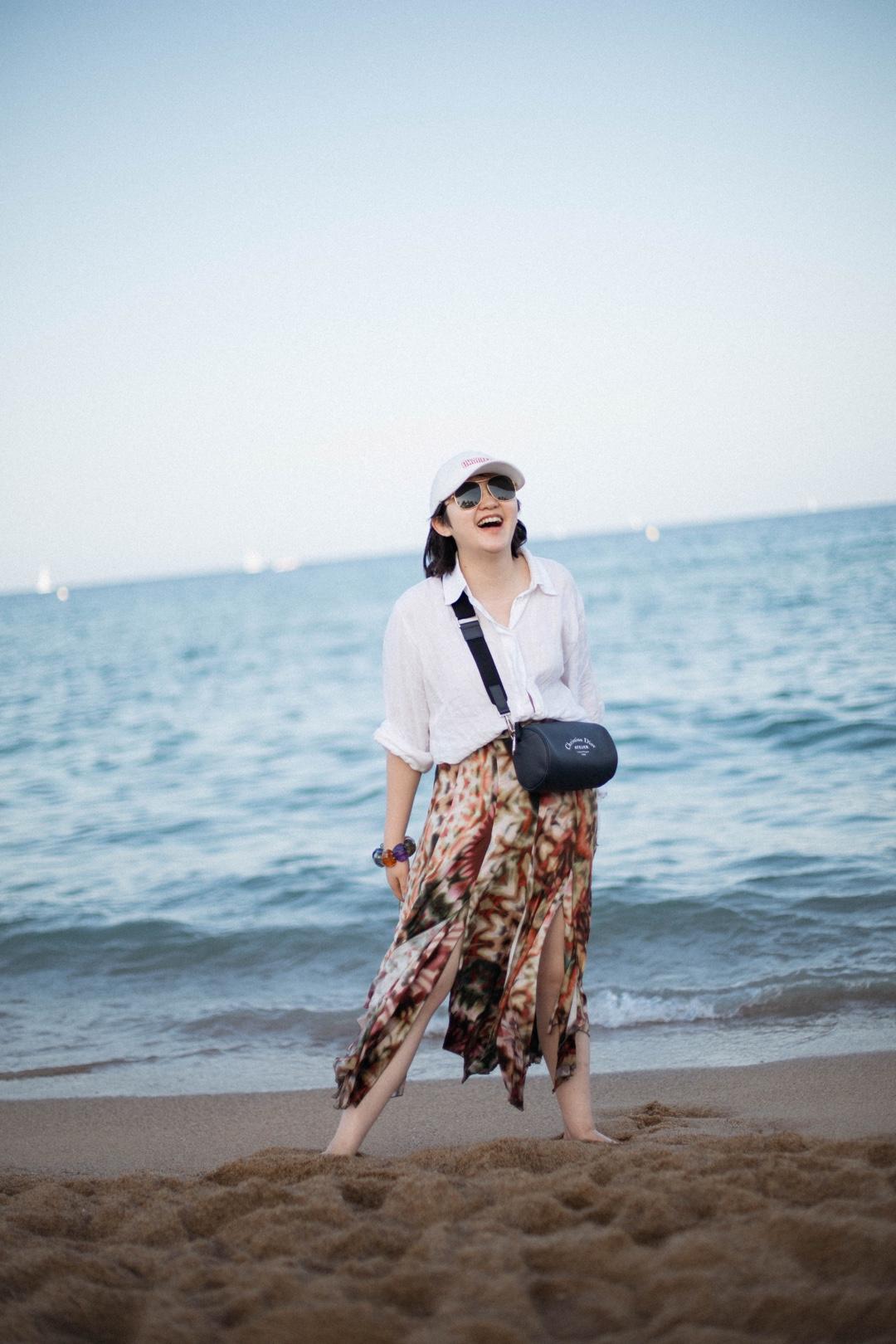西班牙的海边,白衬衫花裙子的我😳 衬衫:Massimo Dutti 半裙:Chaio Ruiz 包:Christian Dior 手镯:Uterque 墨镜:Alexander Mcqueen