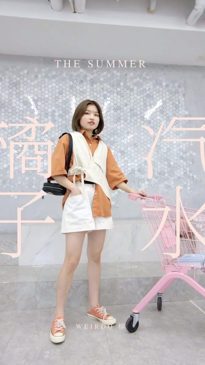 """#蘑菇街新品测评# 橙色衬衫裙给人清爽的感觉 在夏天非常流行 不仅简约大方 也十分修饰身材 整体设计并不独特 但是这种简约给人感觉就是质朴大方 搭配同色系帆布鞋 轻松打造出""""邻家妹妹""""的气质"""