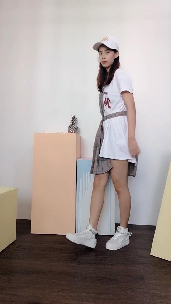 帅气不止一点点!这双鞋收到的时候真的喜欢到不行、高帮鞋总是有拉长腿的视觉效果 特别是搭配这种T恤短裙、满满青春运动感,有木有!而且鞋底超软、上脚也很舒服。nice 连衣裙是韩都衣舍家,喜欢它不规则拼接撞色的设计,不单单是T恤裙那么单调!#日常时髦经:舒服最重要!#