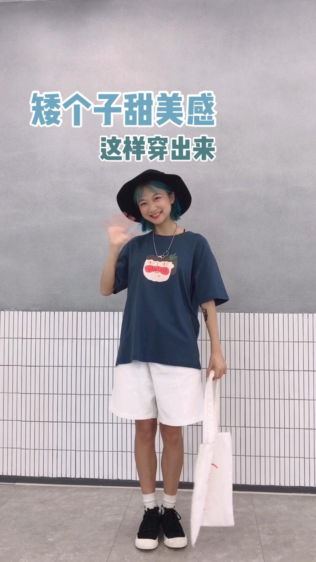 #李现女友高甜穿搭大赛#超可爱的清甜女孩穿搭~墨兰迪配色的T恤儿搭配上白色的短裤还有加上一双高帮的袜子。帽子和鞋子的颜色是相同的,有上下呼应的感觉,好看~