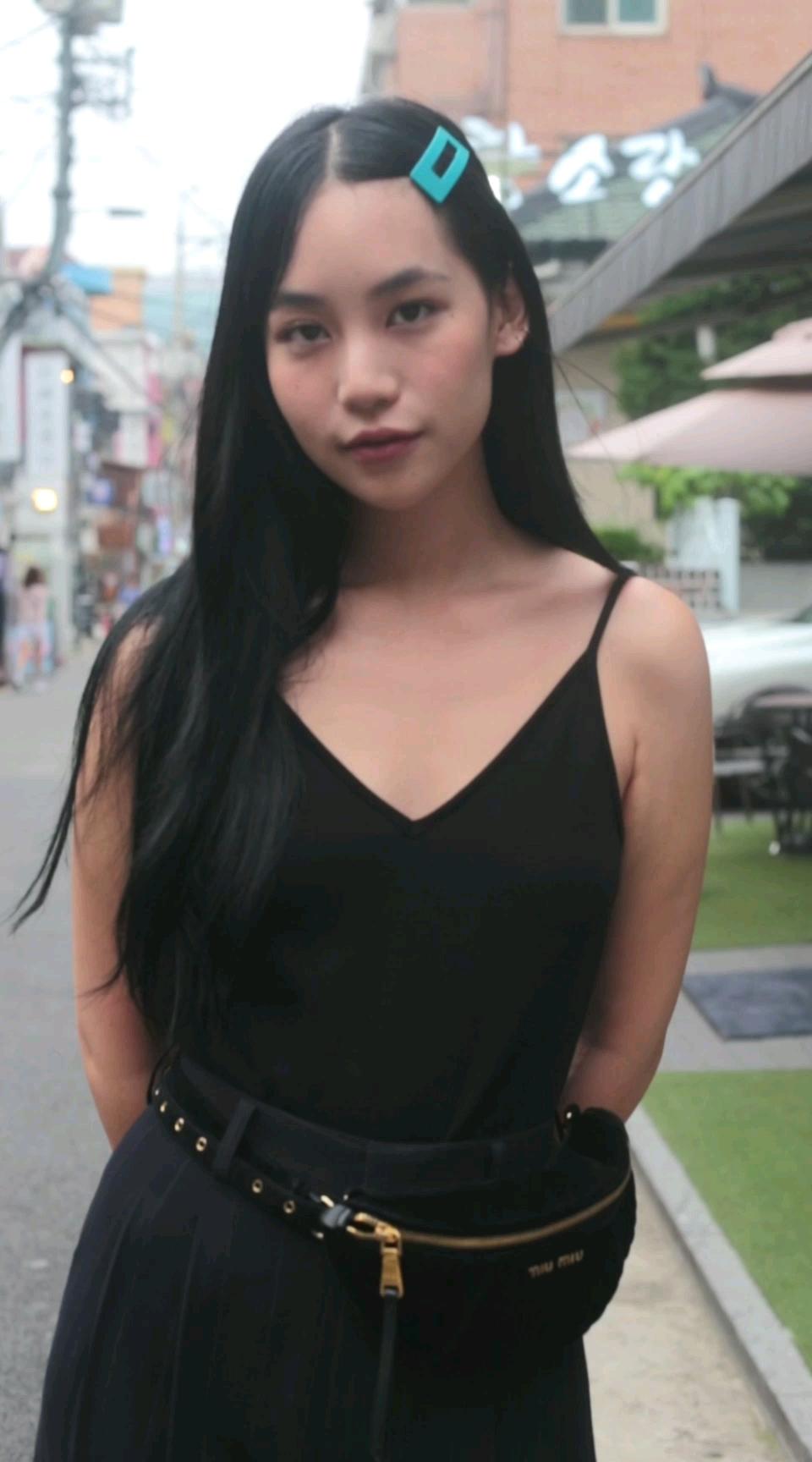 一身黑的泰国小姐姐好酷,她对自己的穿搭真的很严格~#首尔# 你给小姐姐的穿搭打几分?