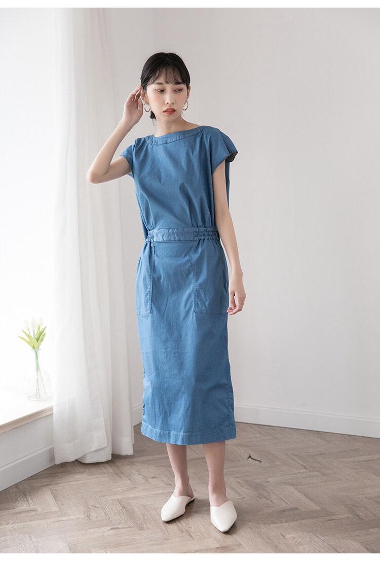 #下半年全民pick雾霾蓝#  自带独特的气质底蕴,和稳沉静。 通过分割一体结构感 来突出裙子不一样的存在感。 看正面是连衣裙的既视感, 转到后面会发现,后身上下片独立裁剪 两侧腰间隔断式分开, 有一种假两件的视觉错觉。 后背叠加交叉开叉设计,裁剪也相当废料, 可以放到外面穿,也可以塞到裙子里。 下摆的开叉设计与后背相呼应, 更有时髦感。高腰线纵向拉长身形。 整体是简洁的流线感中, 有平直规整的线条,袖子采用半包, 遮肉显瘦且不会显肩宽。 是我个人非常喜欢的袖型之一。 腰间的橡筋设计,增加随意感, 整体正式中不失放松的感觉。 可以穿去不同的场合,彰显不俗衣品。 看似简单的连衣裙, 在细节的处理上毫不放松, 标准的日式严谨之美。 优选日本进口优质面料,丝光棉混材质, 弹力大,不软塌,在舒适度上表现优秀。 一袭独特设计的连衣裙给我们展现的不仅仅是实用功能。 点线面交错的服装之美。
