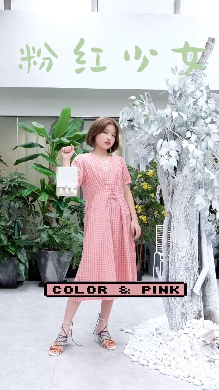 #高矮胖瘦皆宜:茶歇裙!# 粉色真的是少女的颜色 也是容易冒粉红泡泡的颜色 粉红格纹很出彩哦! 有一种初恋裙的感觉。