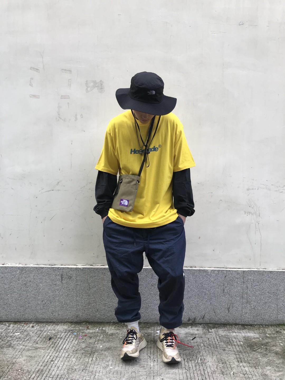 帽子:THE NORTH FACE T恤:HEANADE 裤:THE NORTH FACE 鞋:OFF WHITE X NIKE  穿搭灵感:Yeah,uh,huh,you know what it is🎶 这次玩的是暗淡色调与鲜色调的视觉冲击。black&yellow的经典混搭与下半身哑色的裤子形成鲜明的对比,让心仪的鲜黄色T恤突围而出。而为了让整体造型更利索,也是刻意把袜子包着裤脚口,这样感觉会更加机动性吧。在配件方面选择了户外渔夫帽和小挂包来衬托,让整体效果不那么单调随性。 #男装搭配#