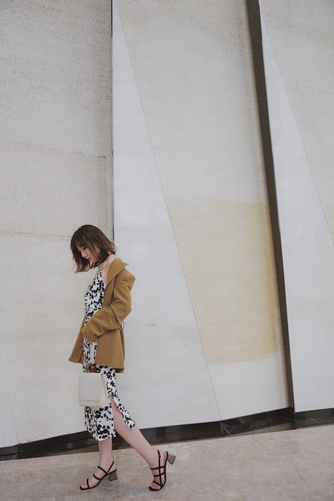 最近很喜欢animal print 比如这套UR的奶牛纹衣裙 是两件套来的,吊带上衣+腰裙 #160以下の增高穿搭手册#  最近在打折哦~ 这个时候穿再合适不过了。