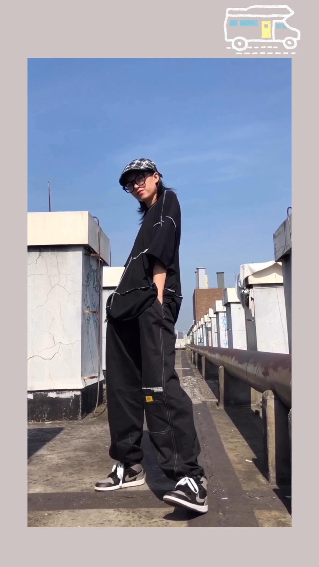 #All black,今天是k&k女孩# 一整套黑色系穿搭 超酷 黑t的明线设计 简单大方 画家帽&眼镜 是我的出门必备单品