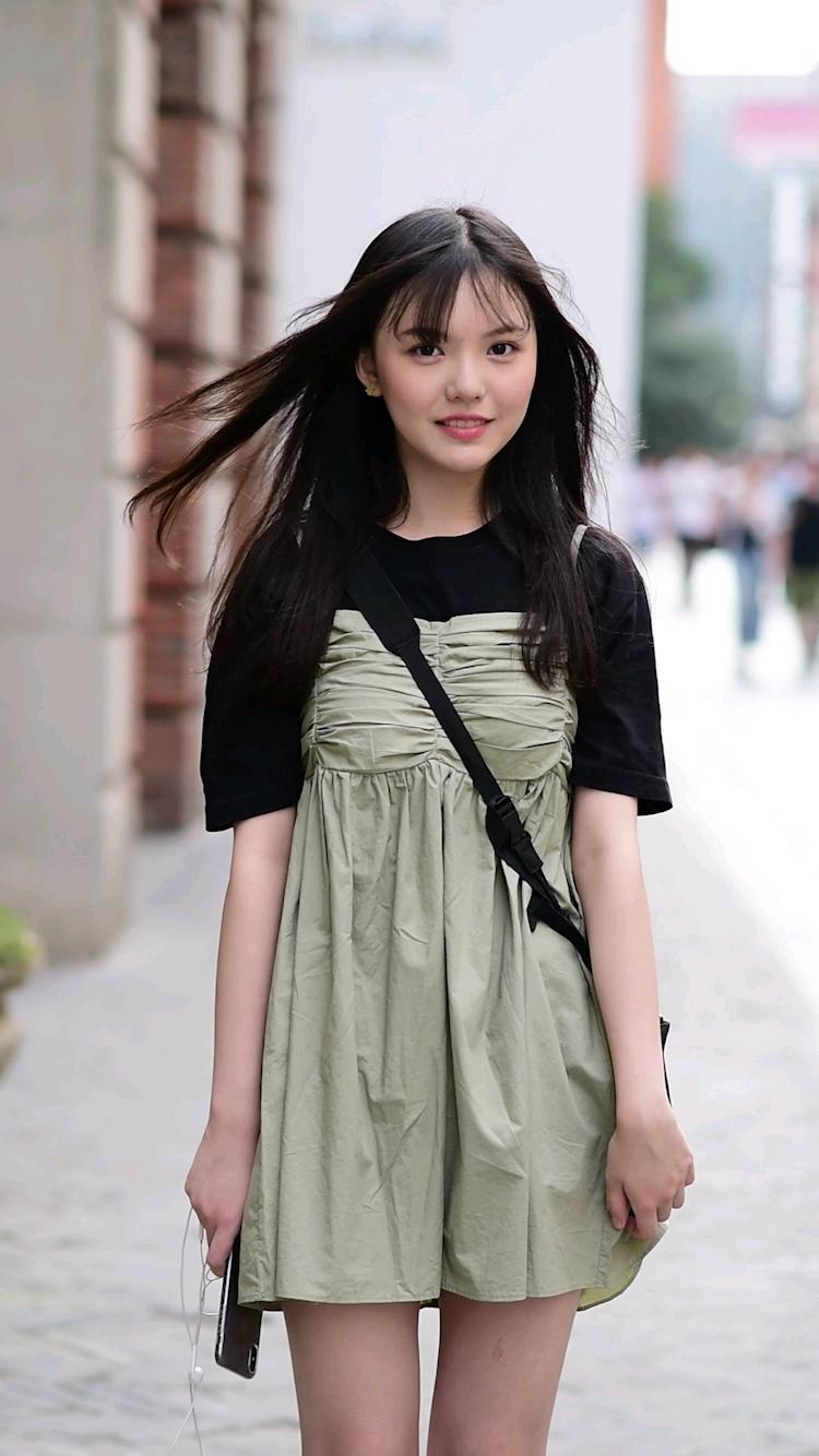 街头偶遇15岁小姐姐身高169cm,不知道又是哪个男孩子的青春? #穿搭我# 你有什么明星同款吗?