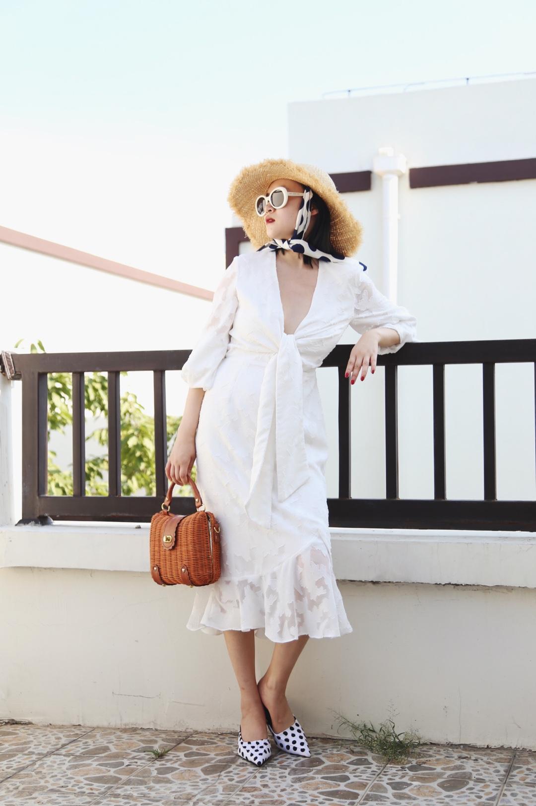 #假期出游,穿什么最清凉?#法式奶白色长袖连衣裙,搭配度假风标配草帽草编包包,真的很喜欢这种超深V的设计