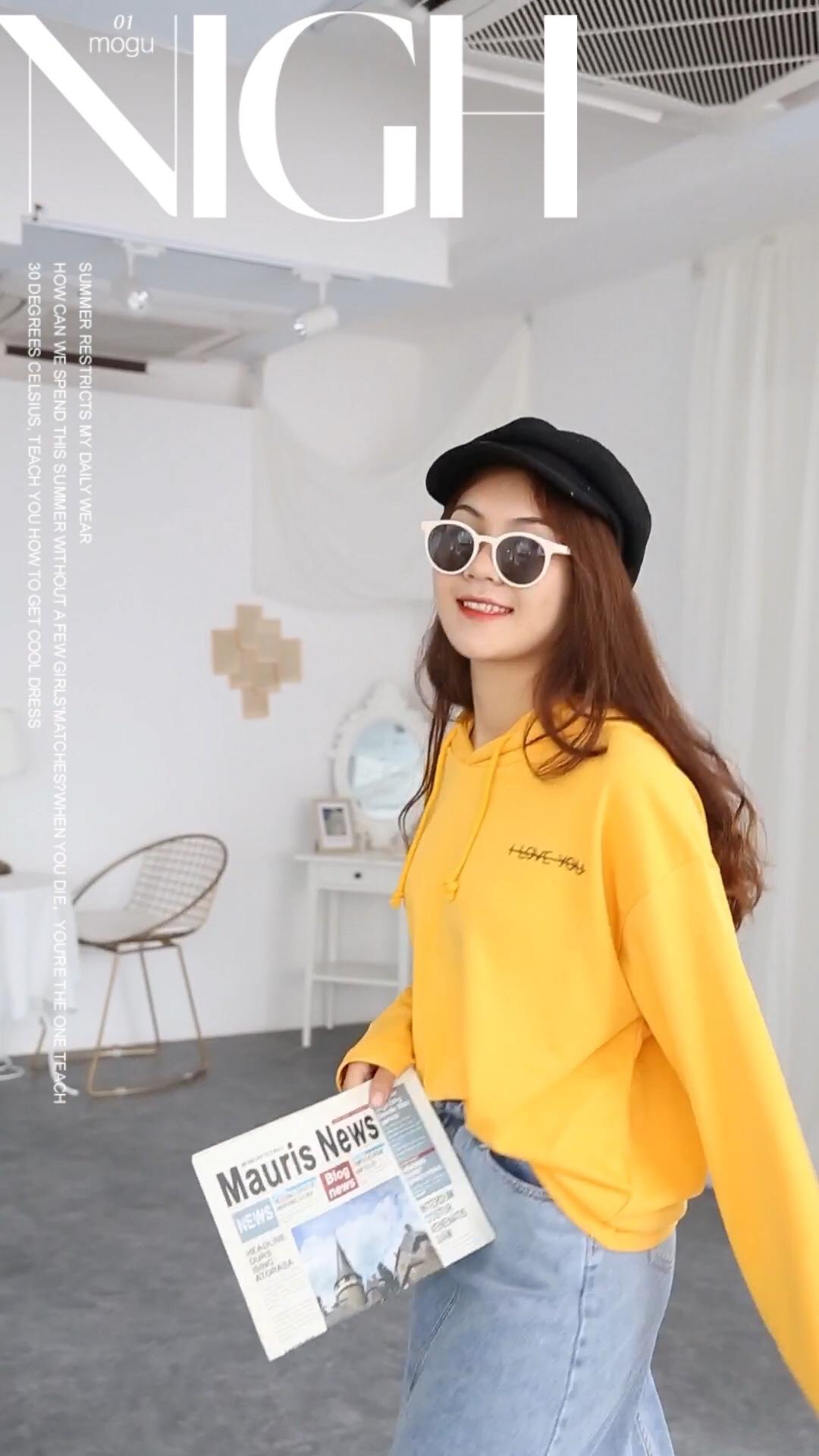 Janna的日常穿搭| 更新秋款搭配,连帽宽松卫衣是我们都很喜欢的类型,秋天不要沉闷,黄色系依旧可以GET起来,一款回头率很高,又敲击可爱的卫衣呀 连帽的设计简约而百搭轻松勾走魂儿的节奏 棉质的面料亲肤又透气 胸前字母印花的设计,打破了平常的纯色卫衣 宽松的版型适合当做家居服尤其是对于女孩来说 穿脱自如,又能戴上帽子遮盖头发 随意搭配也能显得不一样,BF风的感觉,休闲帅气两不误~#来份活力黄,拯救夏日沉闷#